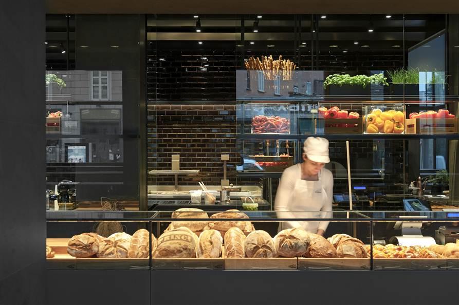 带有夜店感的面包店,有别于一般面包店的温馨明亮的气氛,面包店设计,甜品店设计,上海面包店设计,上海甜品店设计,上海夜店设计,特别的面包店,LOFT面包店,LOFT设计,工业风格面包店,上海LOFT设计